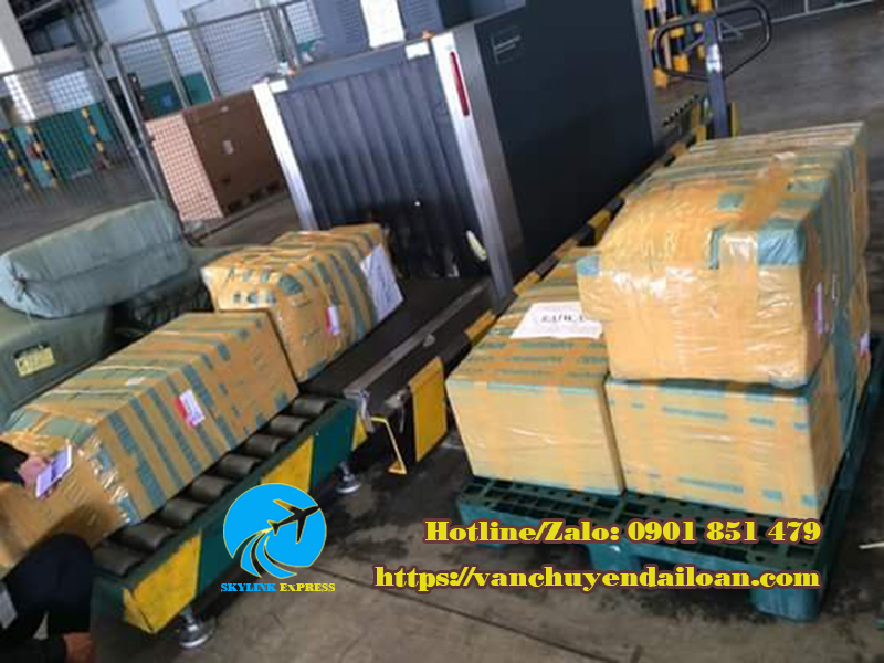 kiểm tra hàng hóa trước khi vận chuyển lên máy bay
