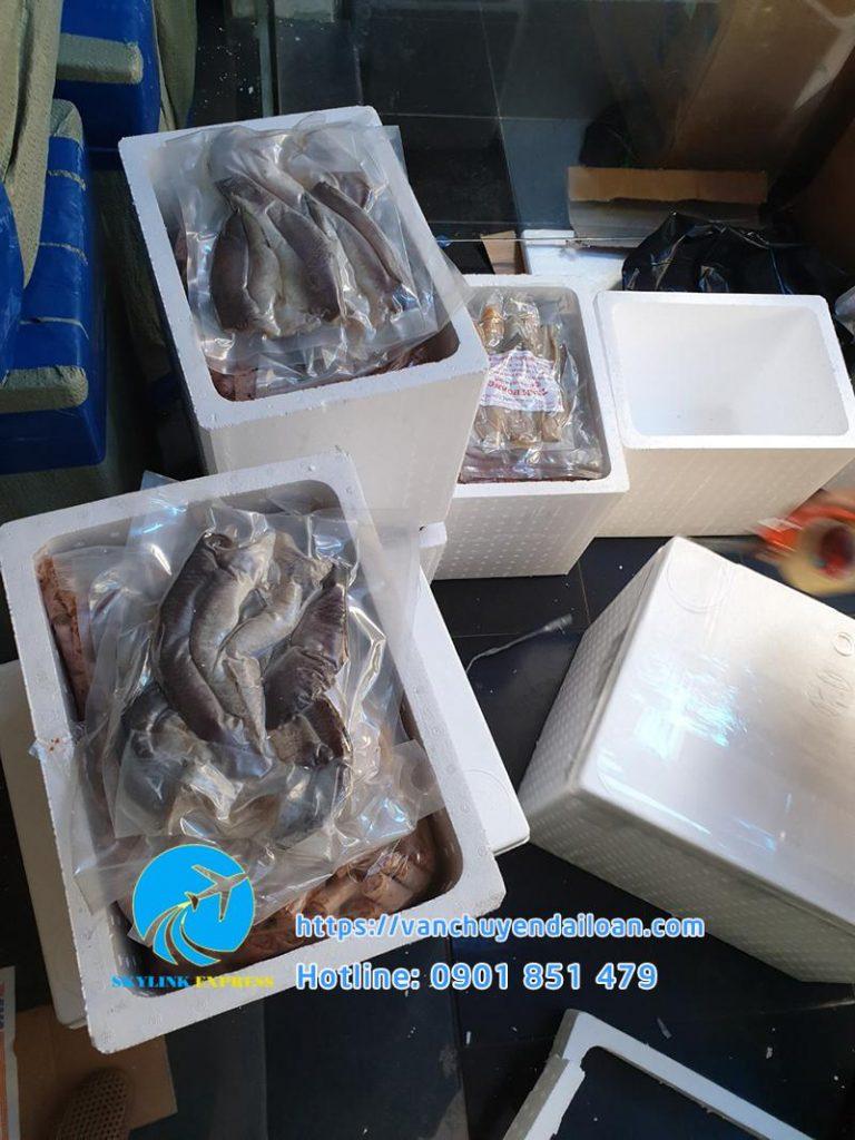 đóng gói hàng hóa là đồ khô vào thùng xốp tránh hư hỏng khi vận chuyển Đài Loan